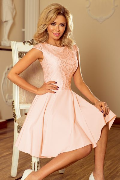Broskyňové elegantné čipkované šaty