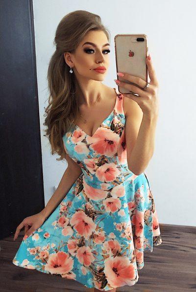 Farebné rozšírené krátke šaty s výstrihom a kvetovaným vzorom
