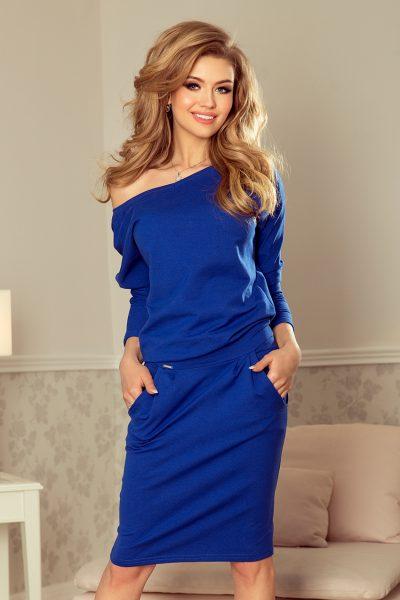 Modré krátke šaty spustené na pleciach