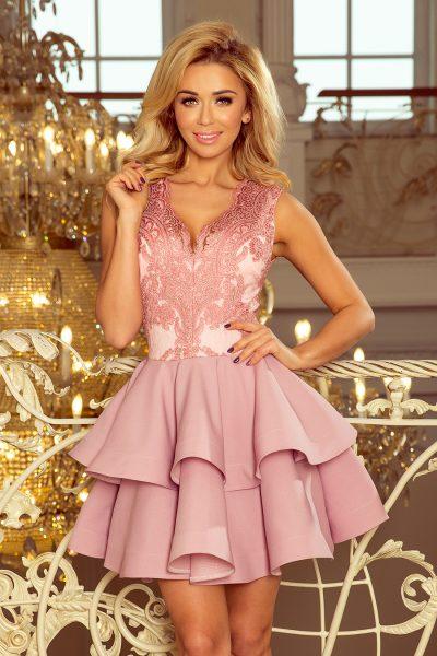 Pastelovo ružové krátke spoločenské šaty s čipkovaným výstrihom