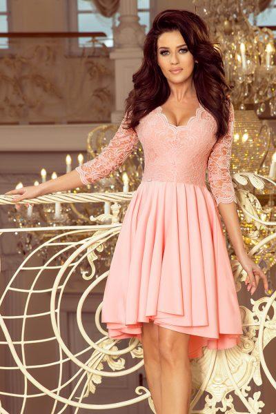 Pastelovo ružové spoločenské šaty s čipkovaným výstrihom a asymetrickou sukňou