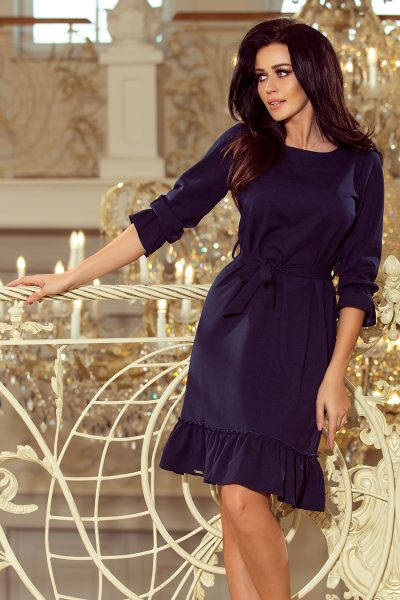 Tmavo modré voľné šaty s viazaním okolo pása a nazberanými rukávmi
