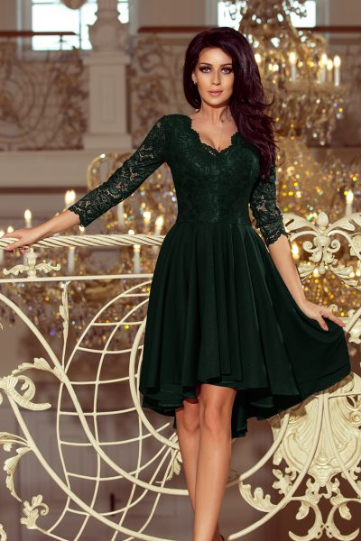 Tmavo zelené spoločenské šaty s čipkovaným výstrihom a asymetrickou sukňou